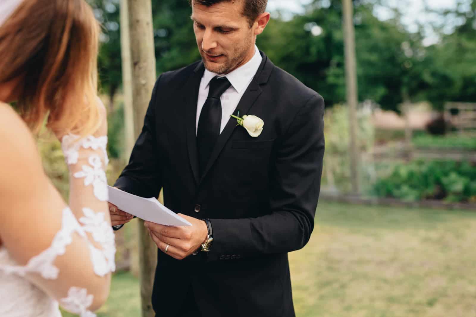 un homme lit des vœux à une femme