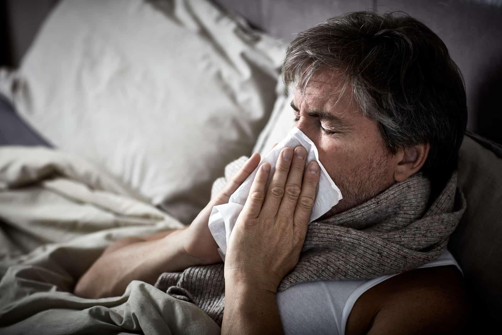 un homme malade meurt et s'essuie le nez