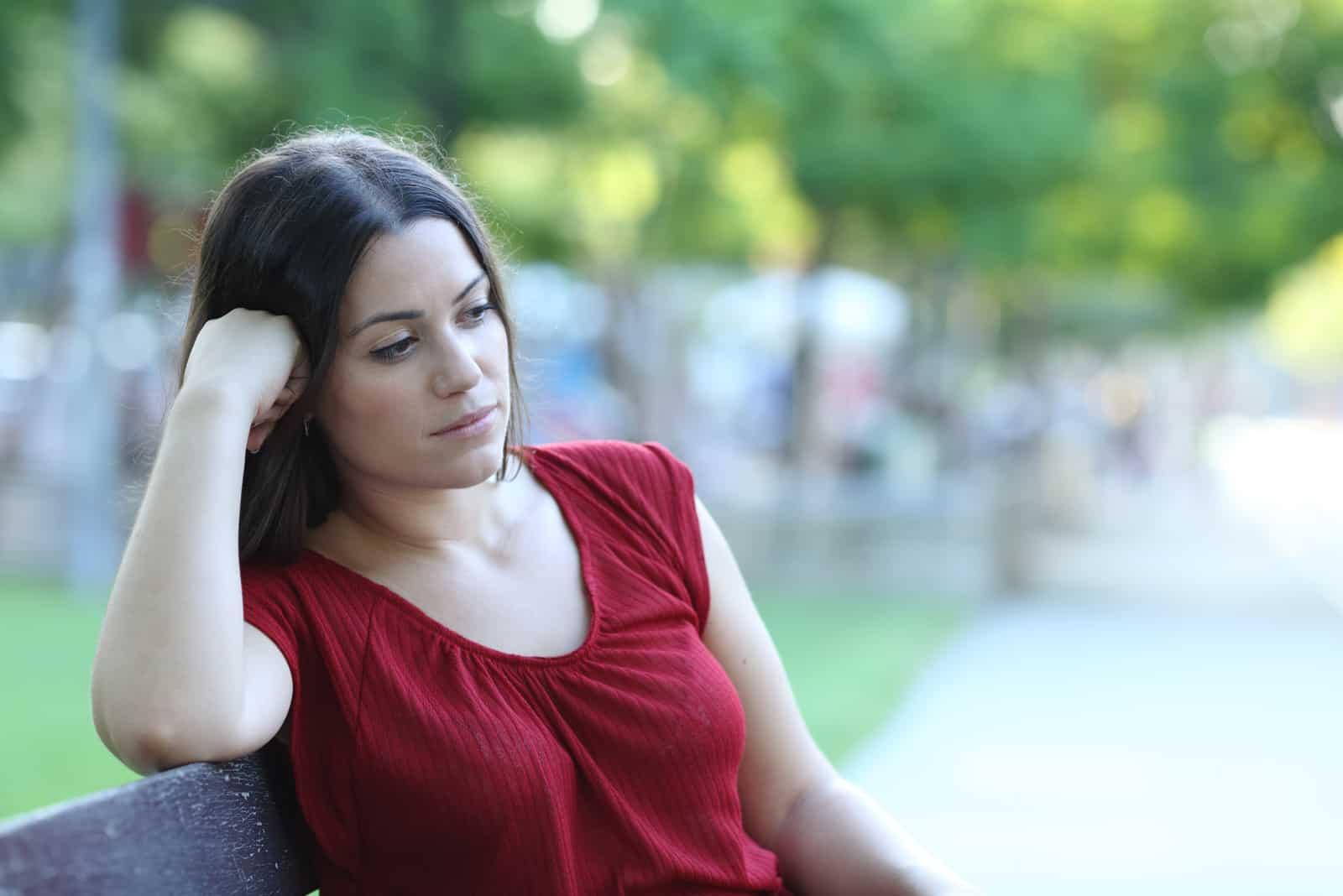 une femme imaginaire assise sur une chaise