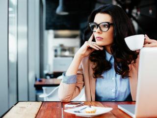 une femme imaginaire assise à une table tout en travaillant