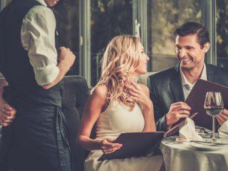 un homme et une femme boivent du vin