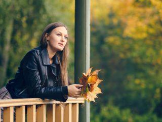 la femme imaginaire se tient appuyée contre la balustrade