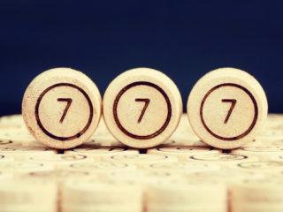 numéro 777 sur une surface en bois