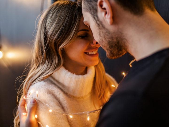 un couple amoureux s'embrassant