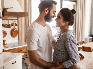 un homme et une femme souriants s'embrassant
