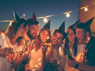 des amis fêtent un anniversaire
