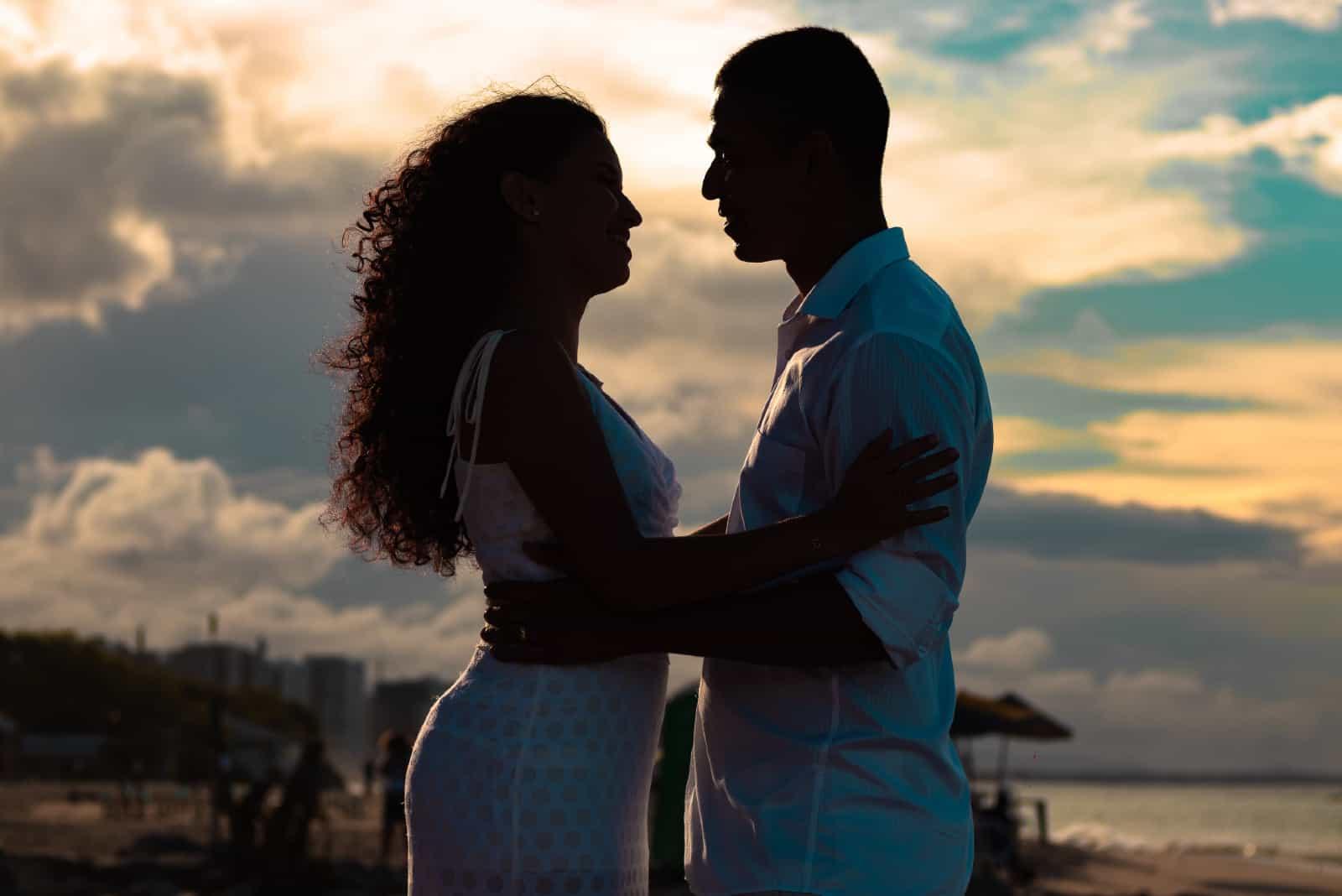 Un homme et une femme s'embrassant sur la plage