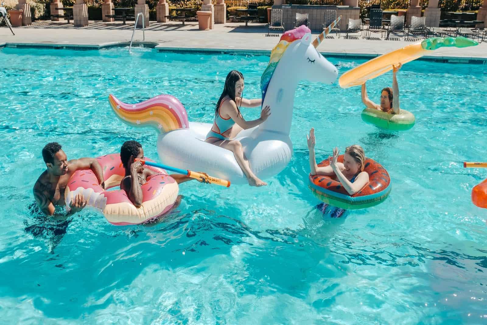 des amis s'amusant dans une piscine
