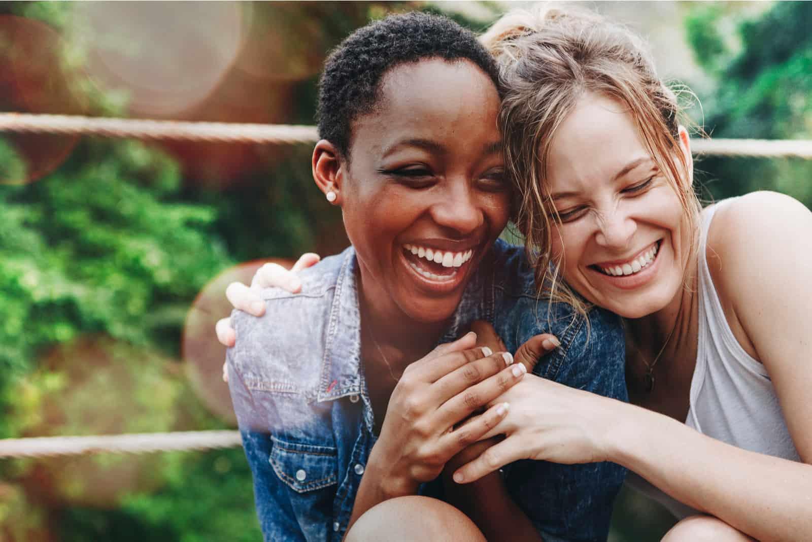 deux amis qui s'embrassent en riant
