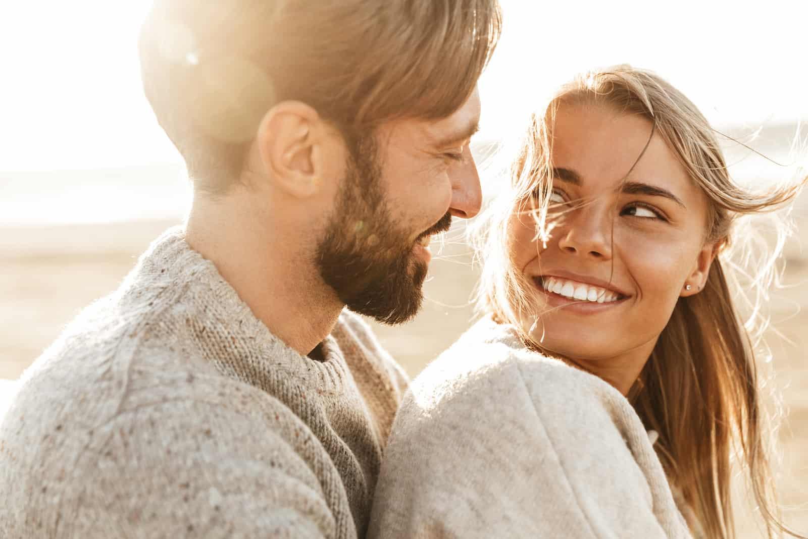 embrassant un couple d'amoureux se regardant