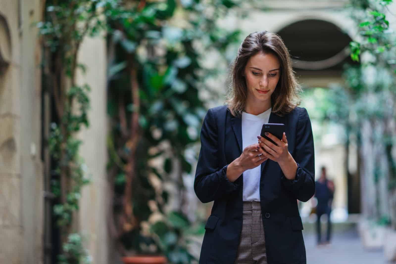 femme debout et bouton au téléphone