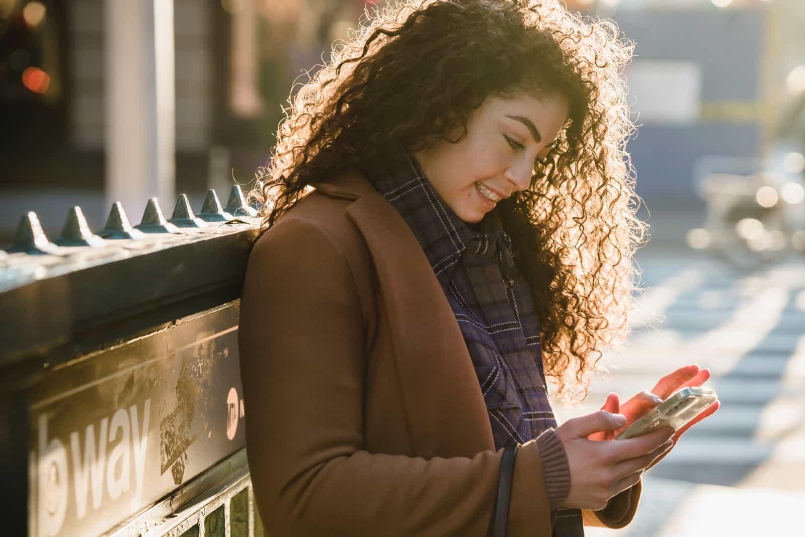 femme utilisant un smartphone en plein air