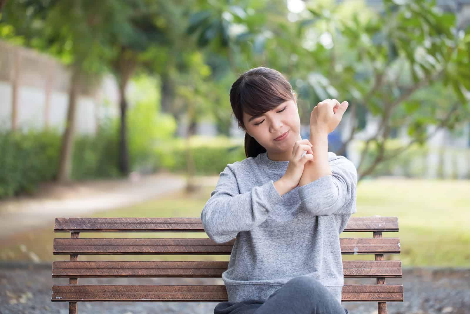 la femme est assise sur un banc de parc et lui serre la main