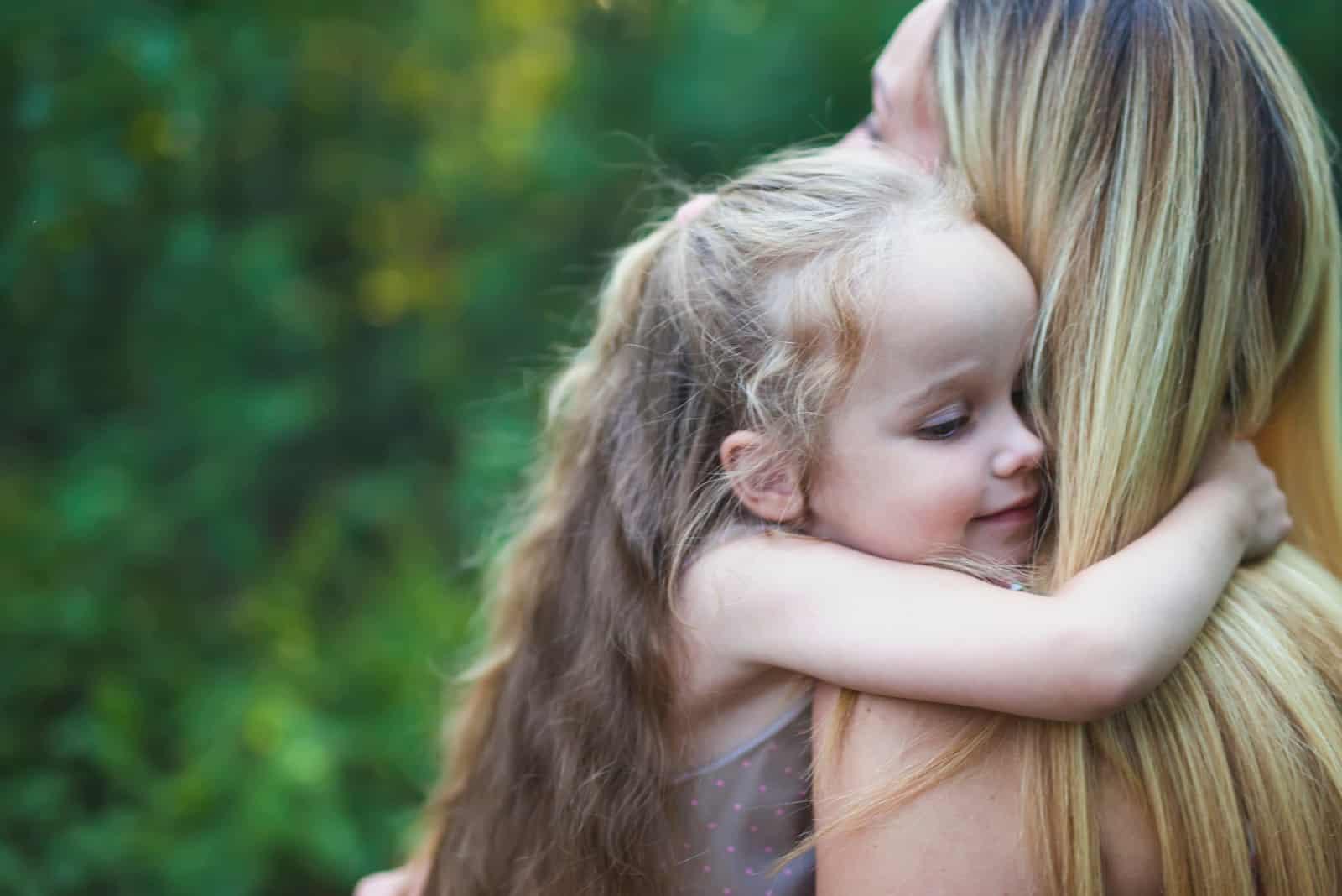 la fille a embrassé la mère