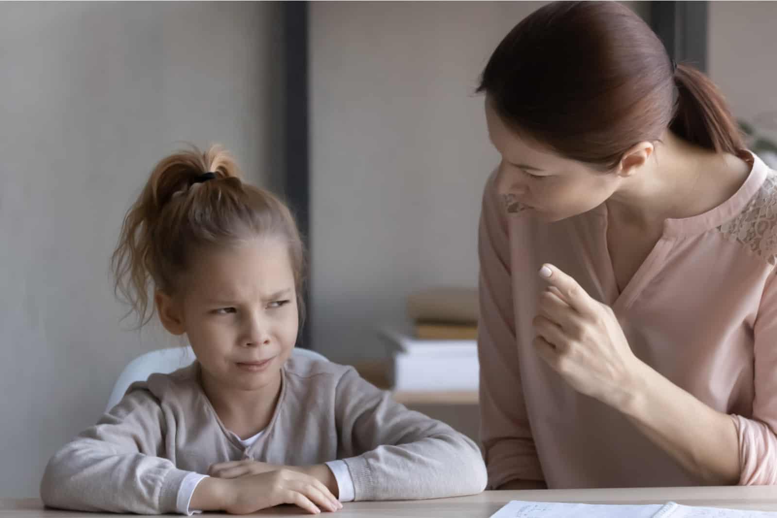 la mère crie à sa fille elle est en colère
