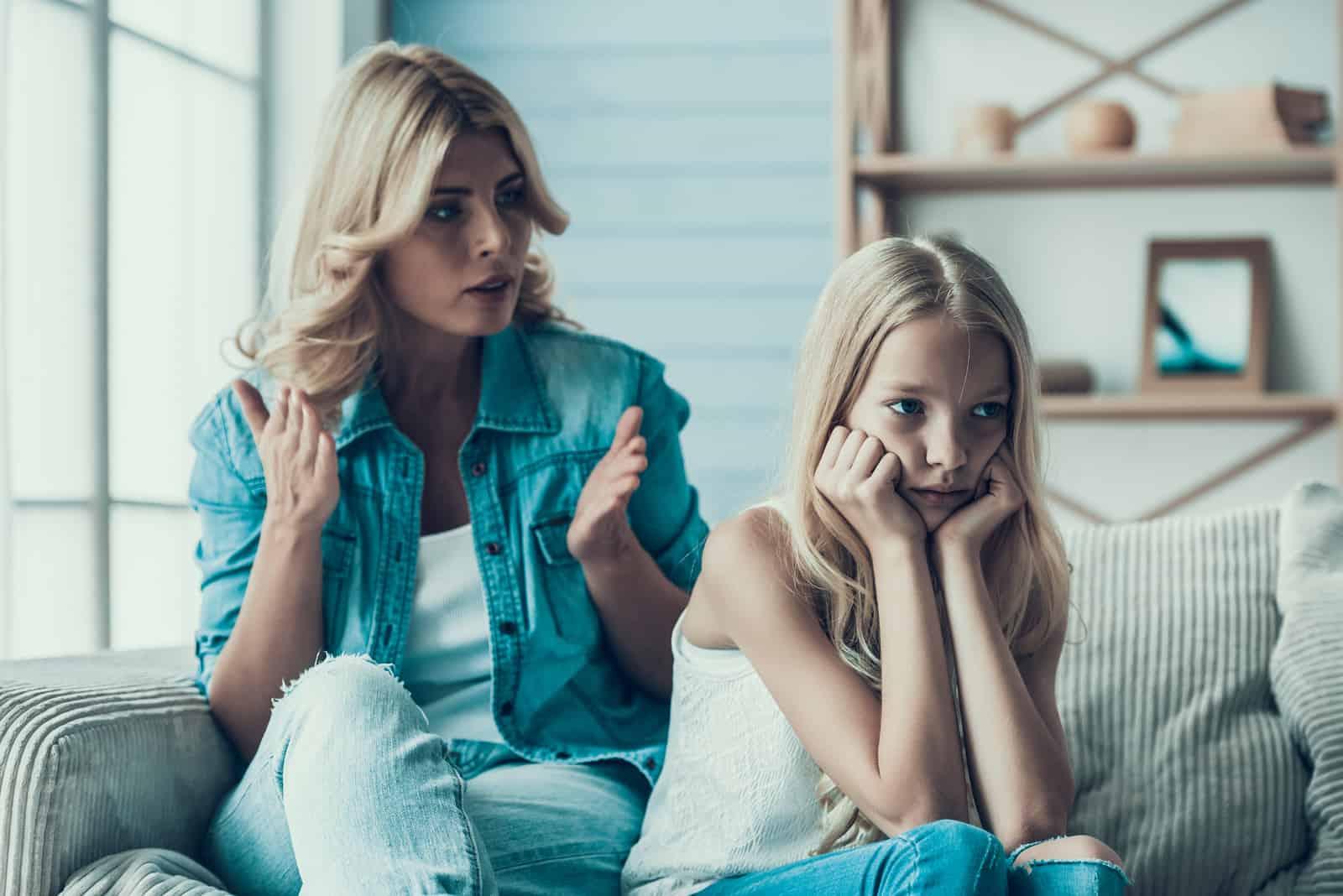 la mère crie sur sa fille