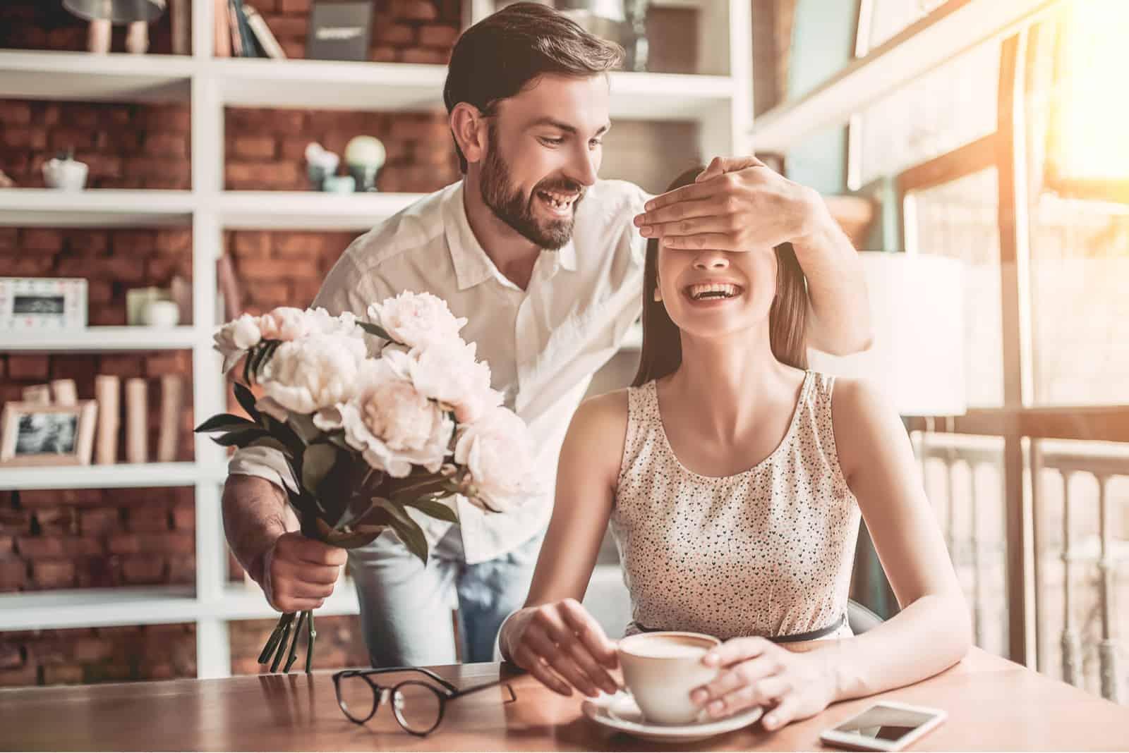 l'homme a surpris la femme avec des fleurs