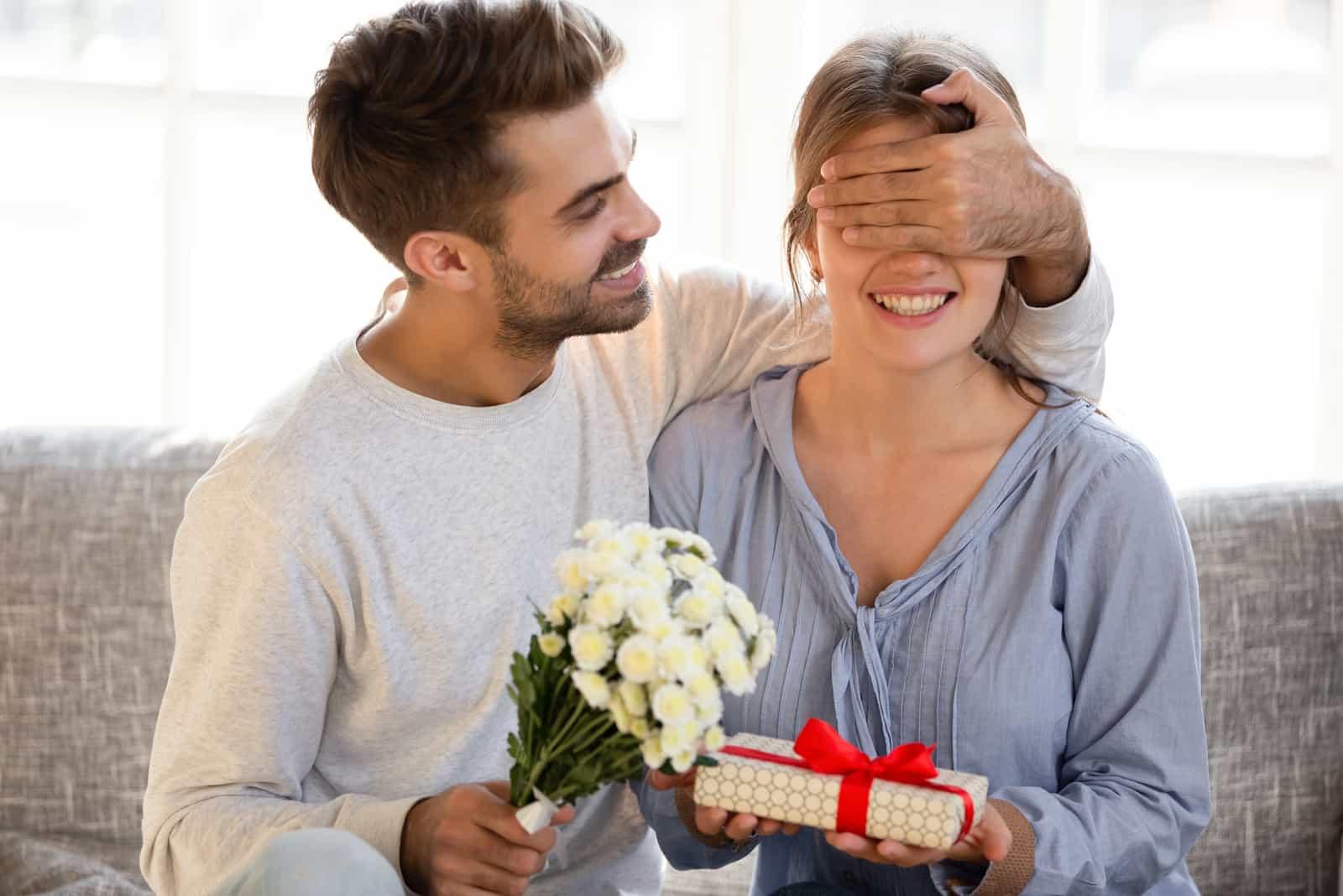 l'homme a surpris la femme avec un cadeau