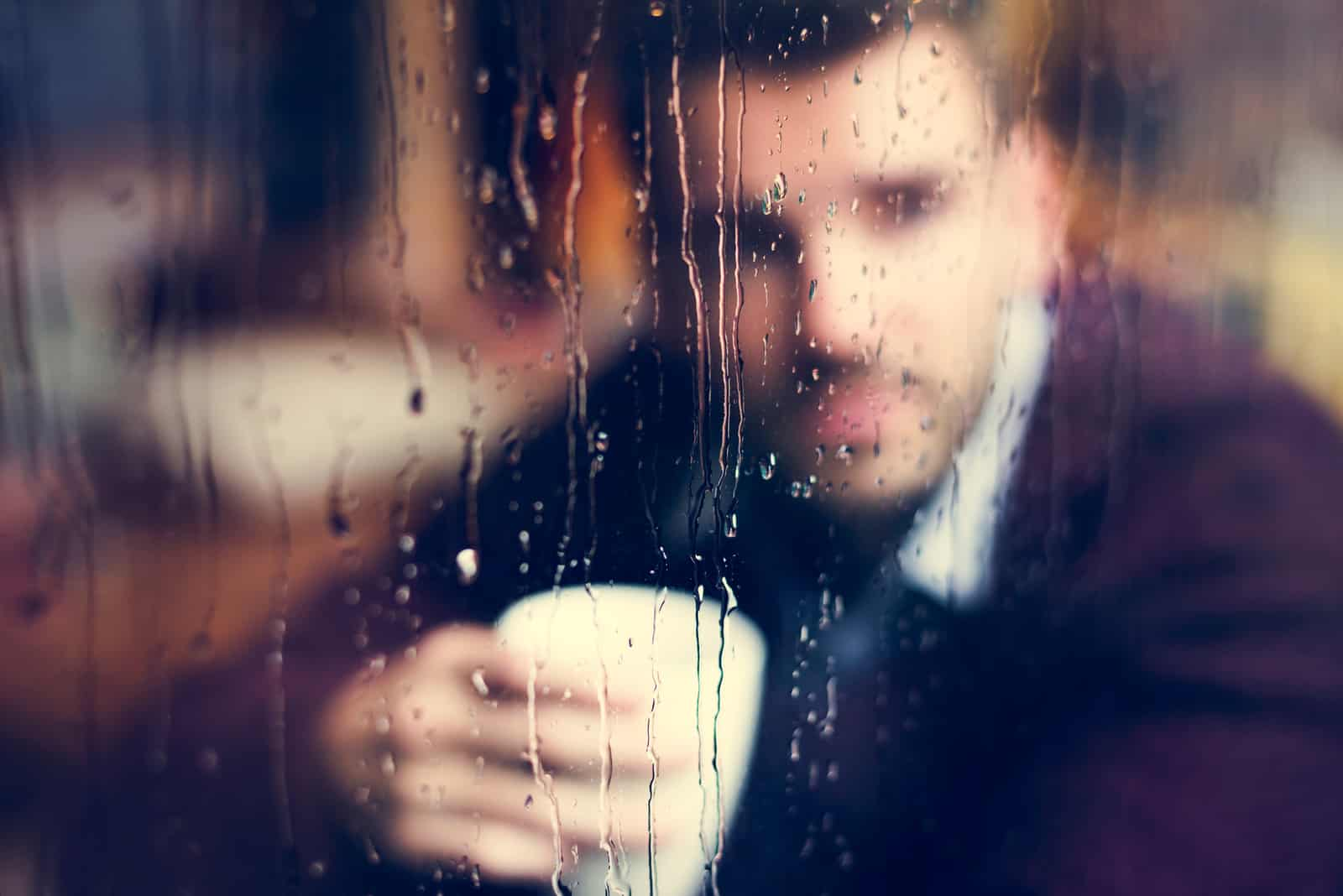 l'homme s'assoit et boit du café