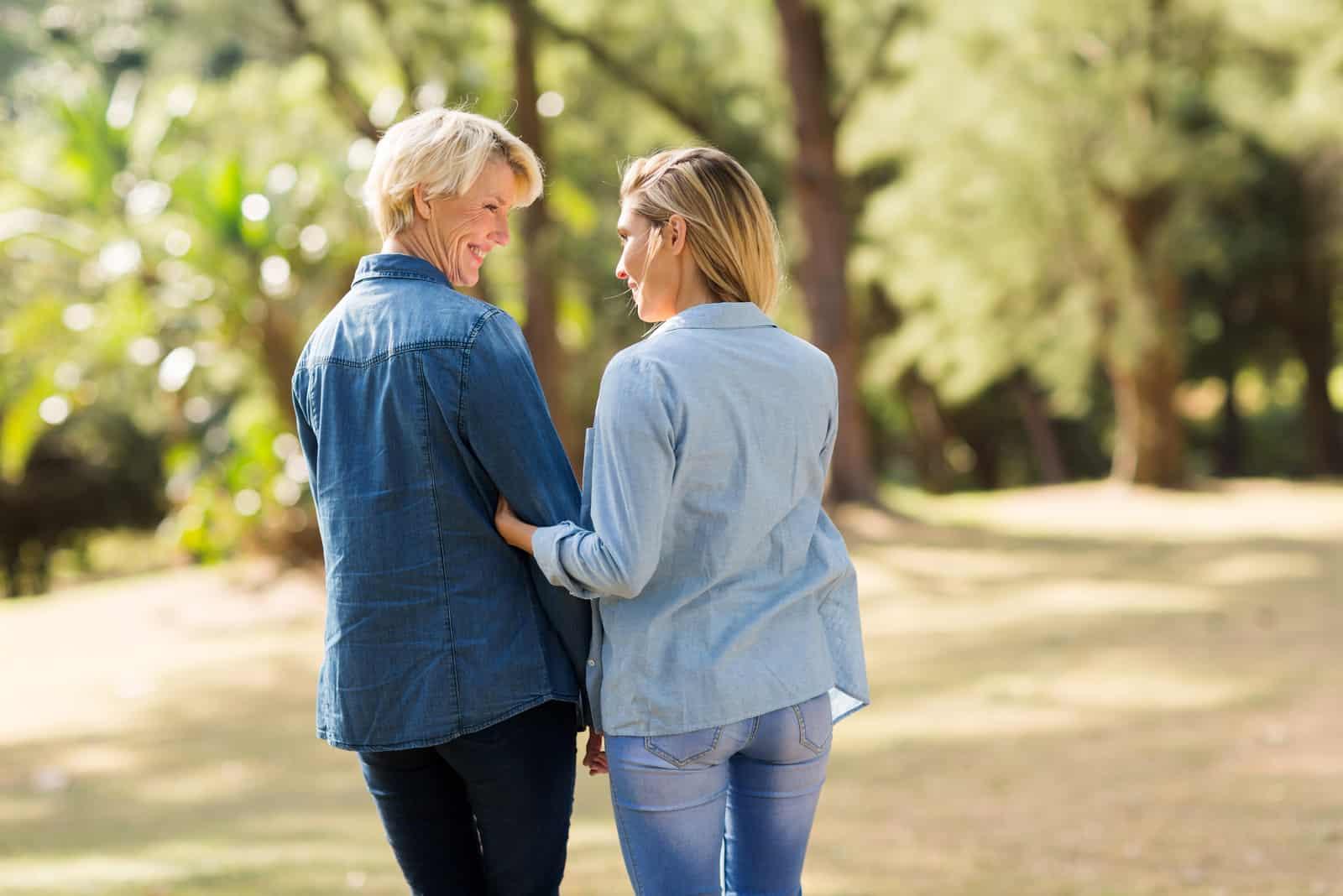 maman et fille marchant dans le parc
