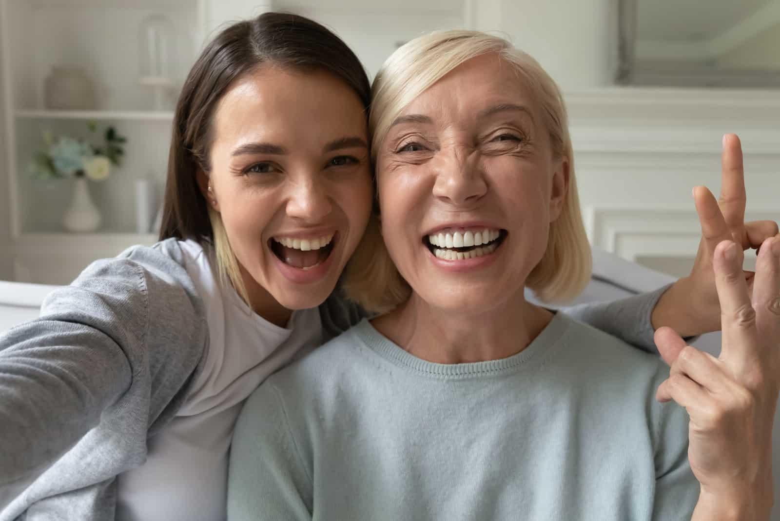 maman et fille souriantes prennent des photos