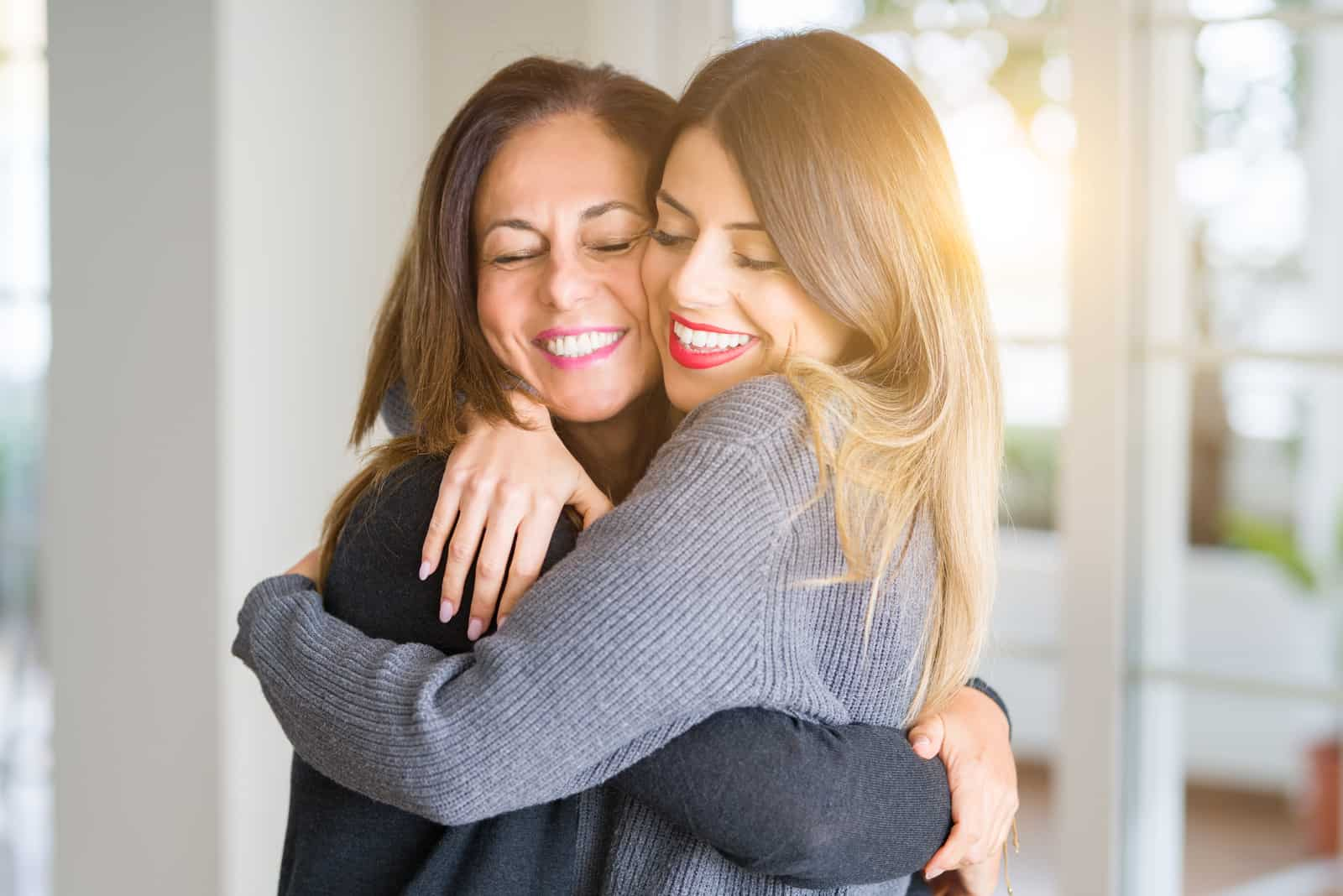 maman et sa fille s'embrassent en riant