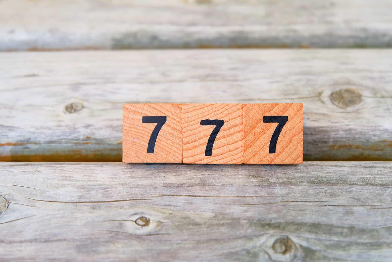numéro 777 sculpté sur bois