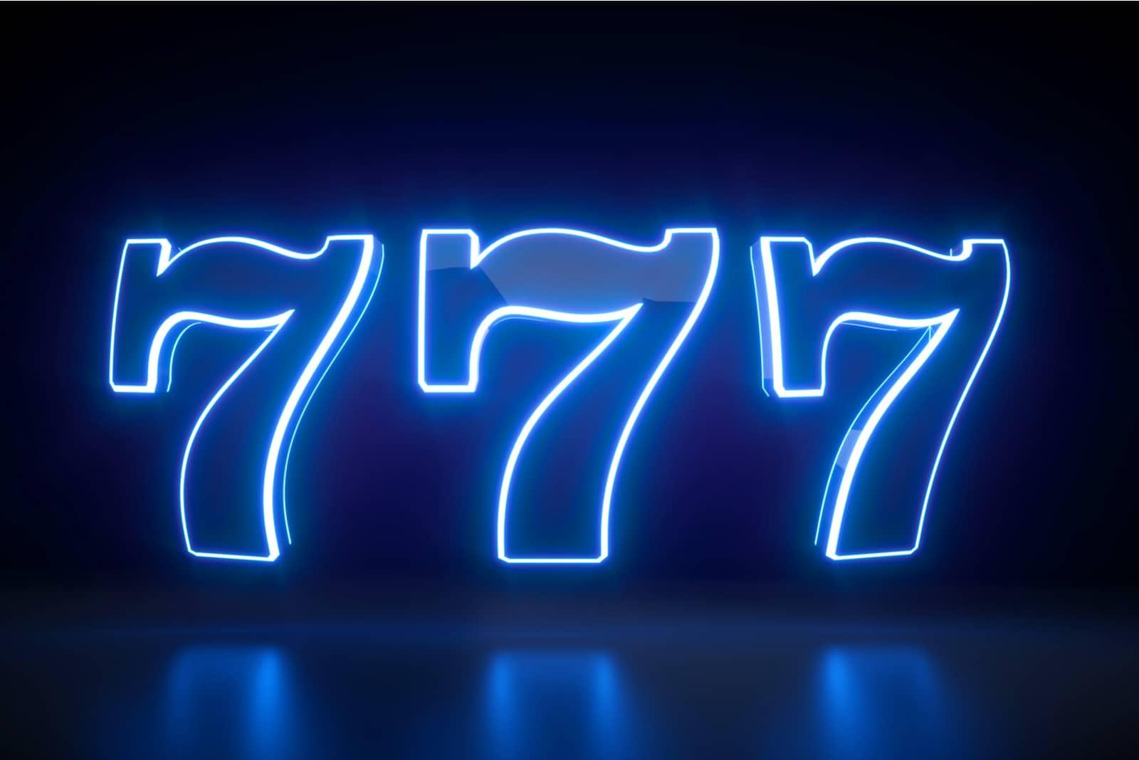 numéro 777 sur fond bleu