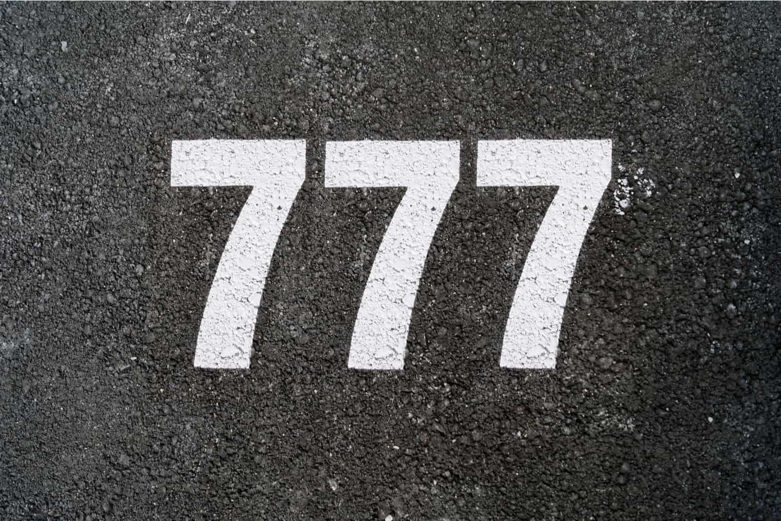 numéro 777 sur fond gris