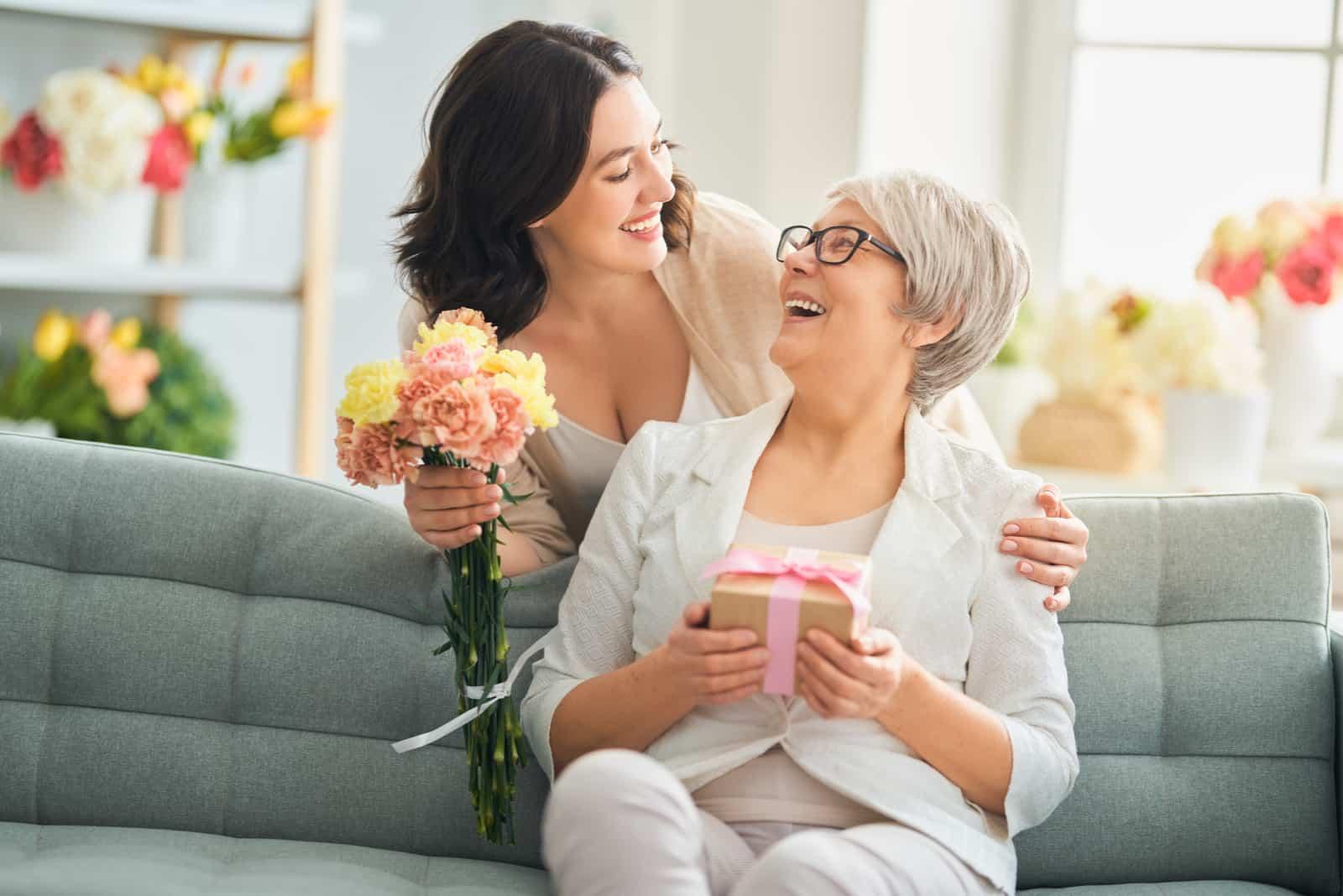 pendant que maman est assise sur le canapé, le pédé surpris avec des fleurs