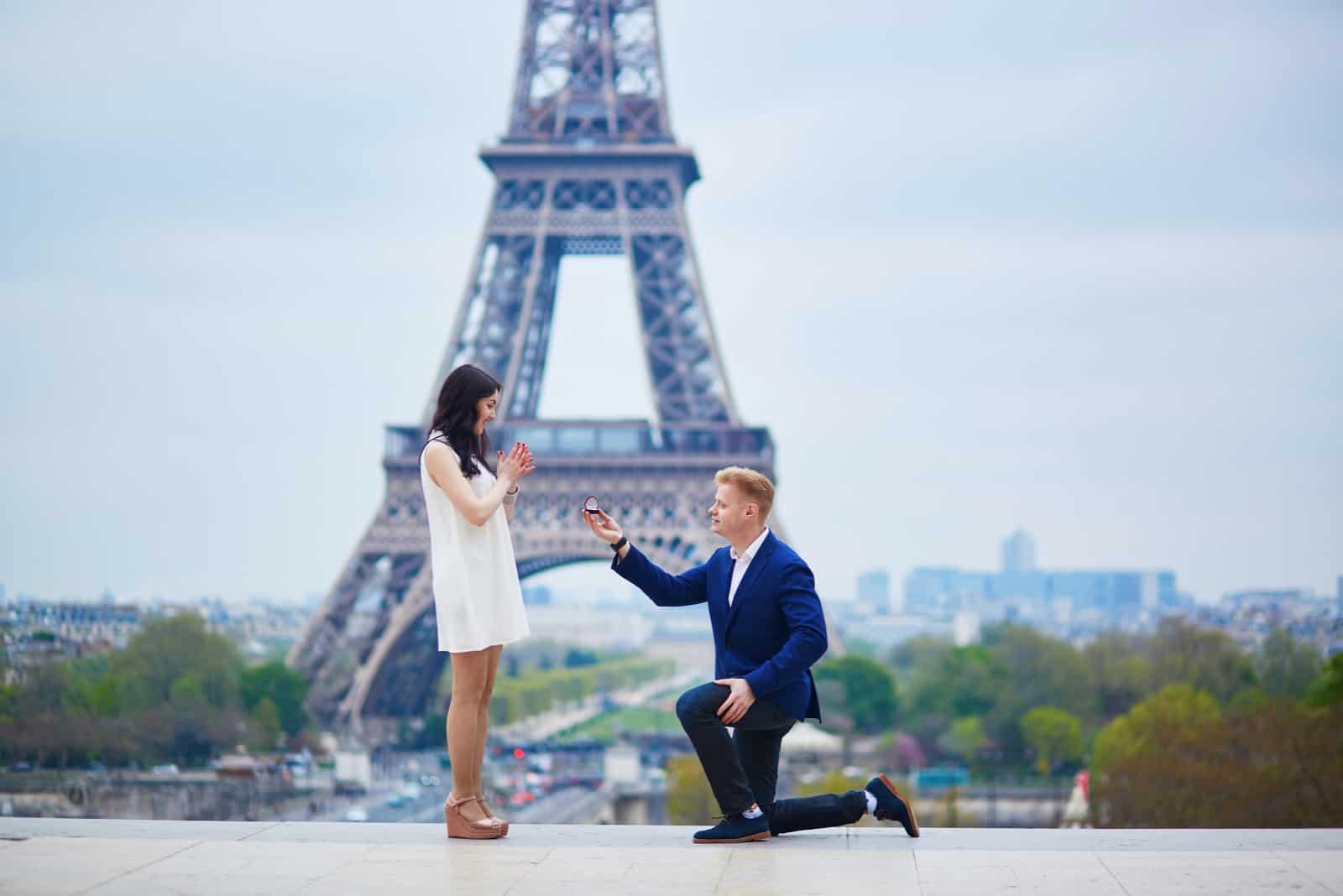 un homme a proposé à une femme à côté de la tour Eiffel