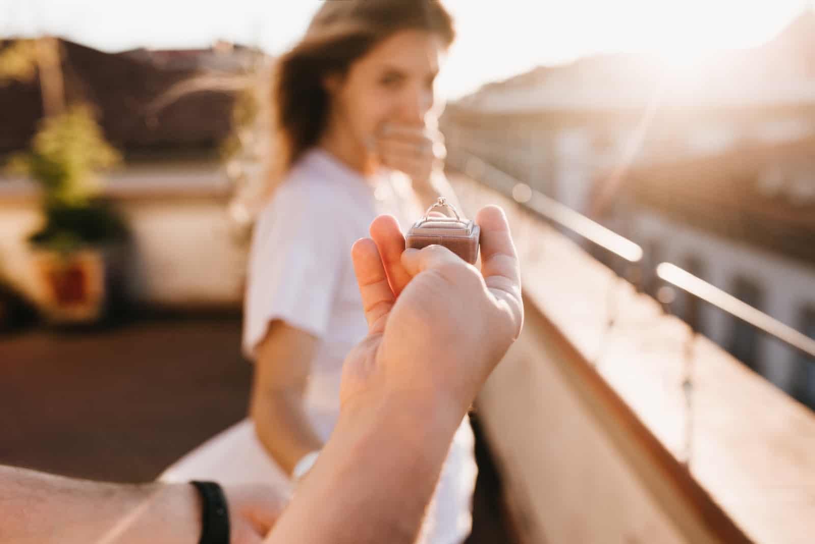 un homme a proposé à une femme sur un pont