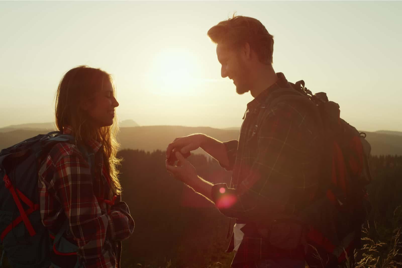 un homme a proposé à une femme sur un rocher