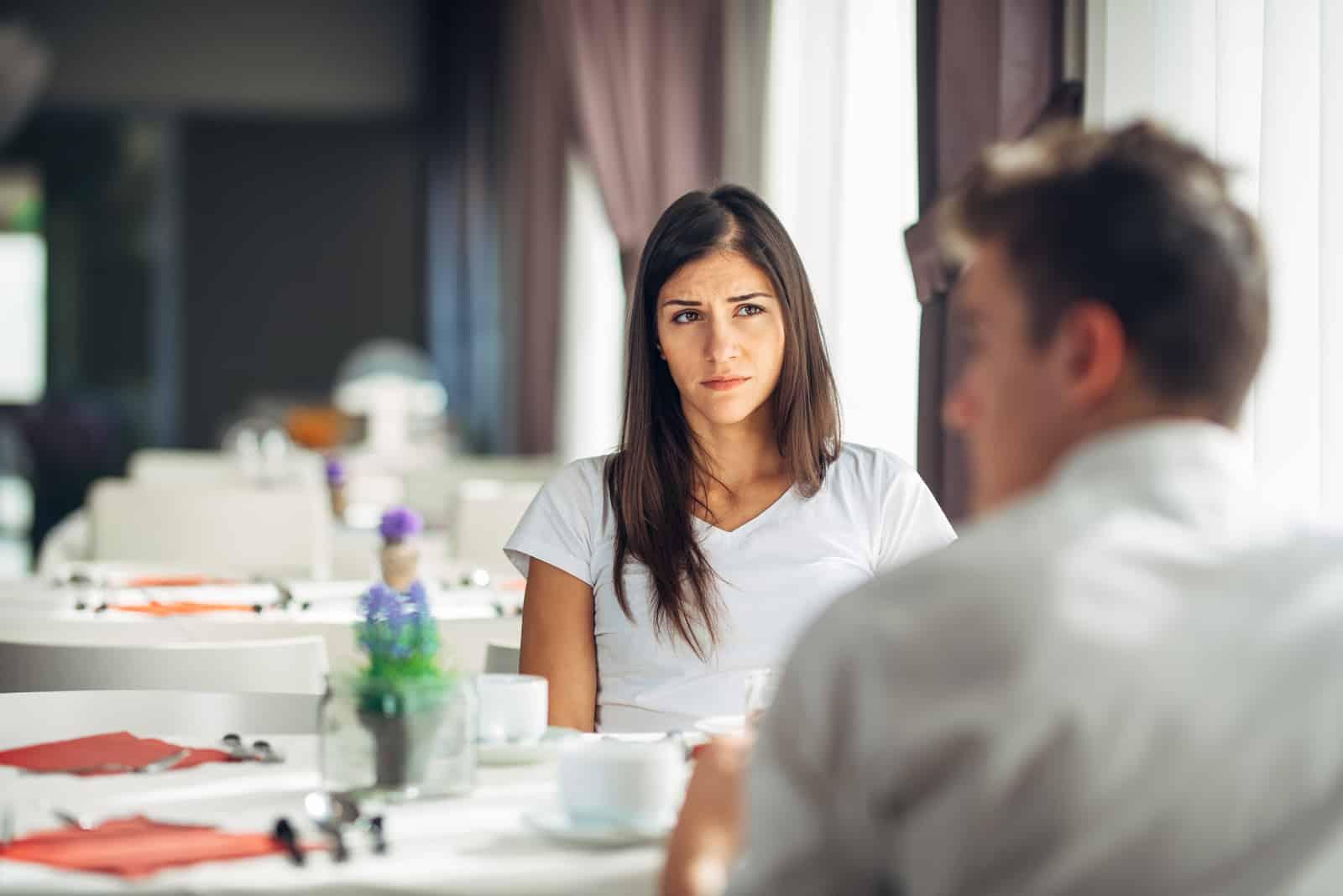 un homme dans une femme assis à une table et parlant