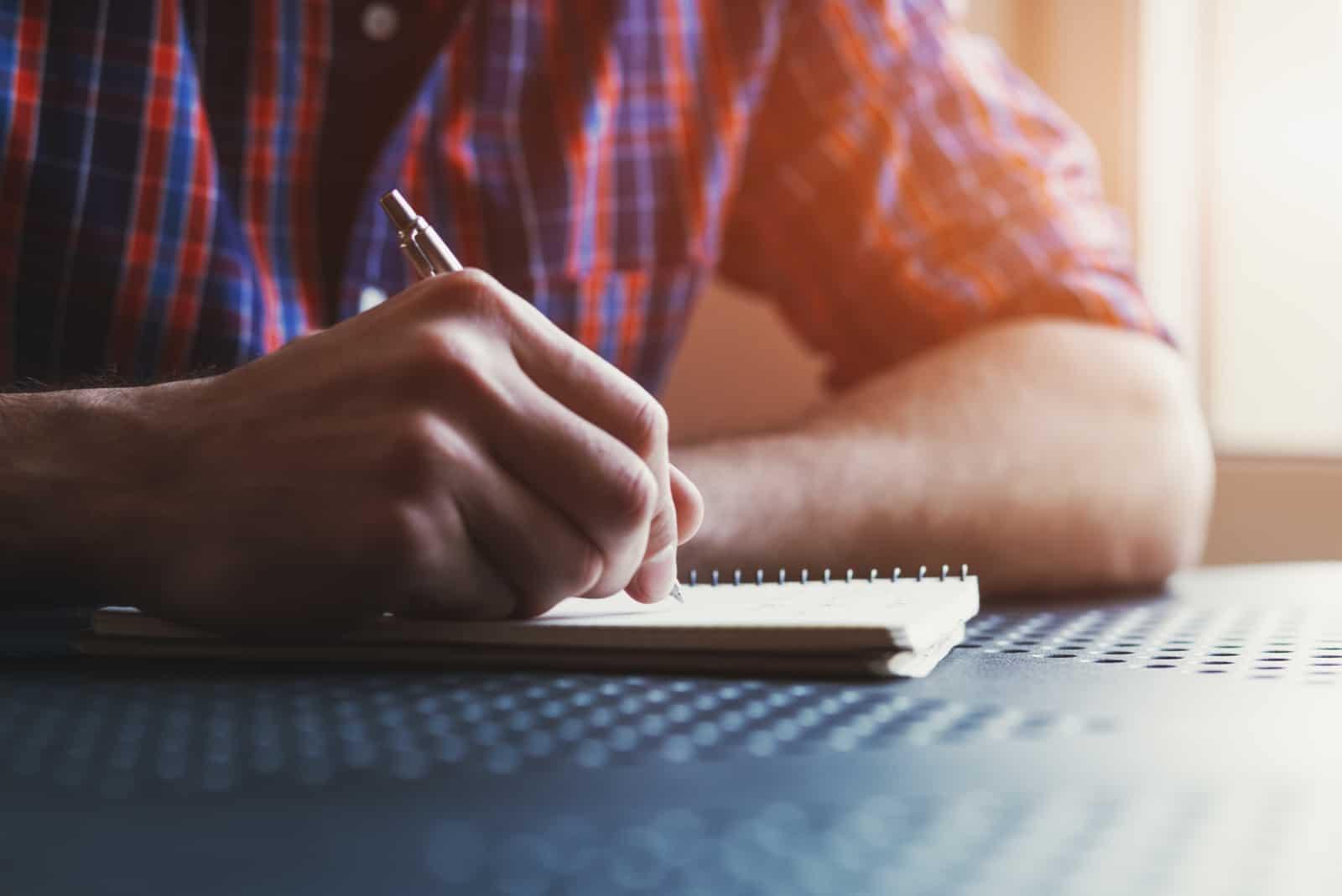 un homme est assis et écrit