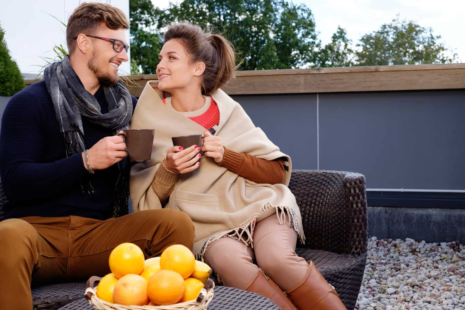 un homme et une femme sont assis dans le jardin et parlent
