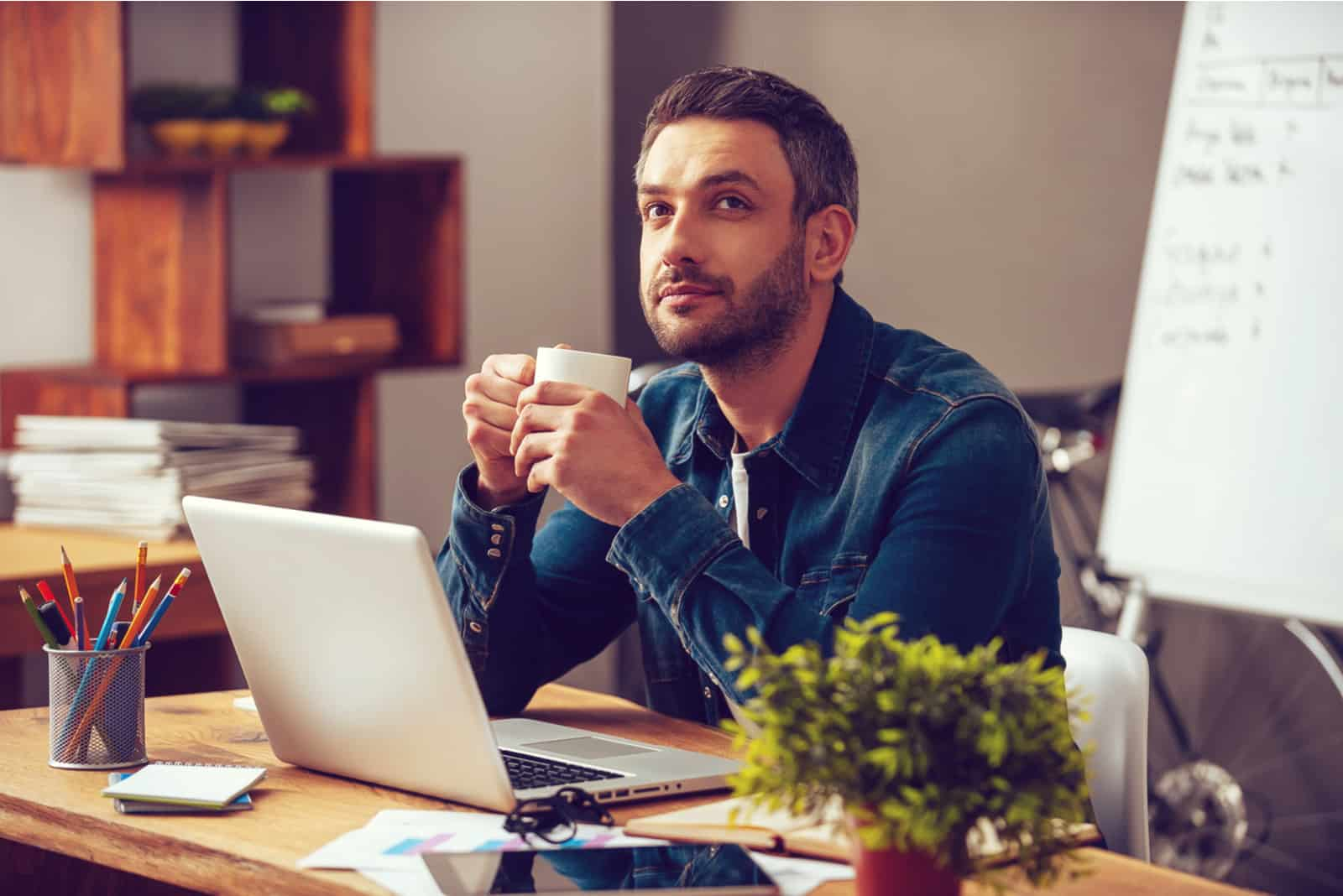 un homme imaginaire buvant du café