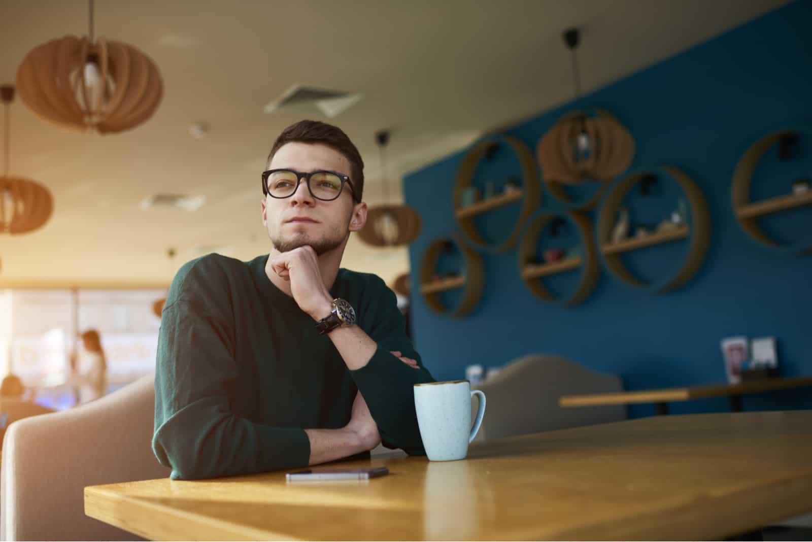 un homme imaginaire est assis dans un café et boit du café
