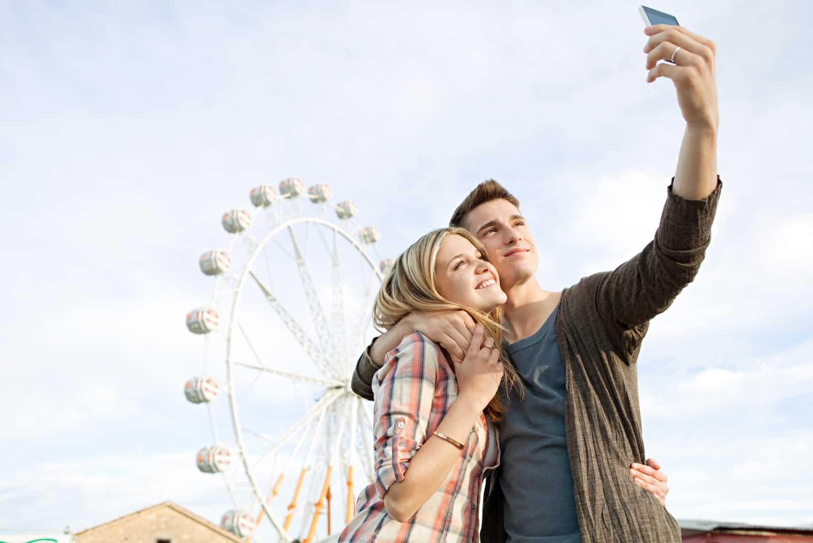 un homme prend une photo avec une femme