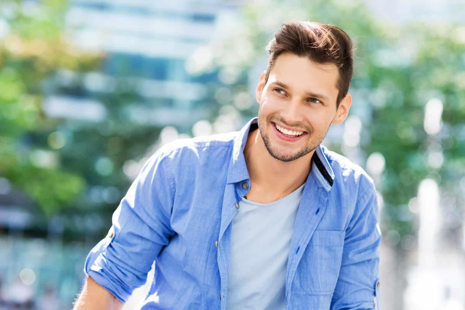 un homme souriant