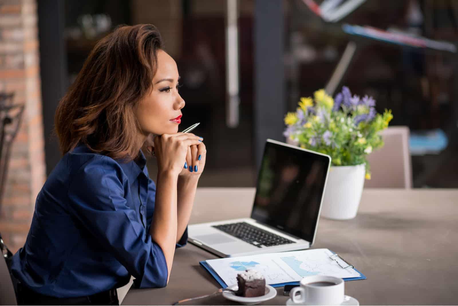 une femme imaginaire assise à un bureau