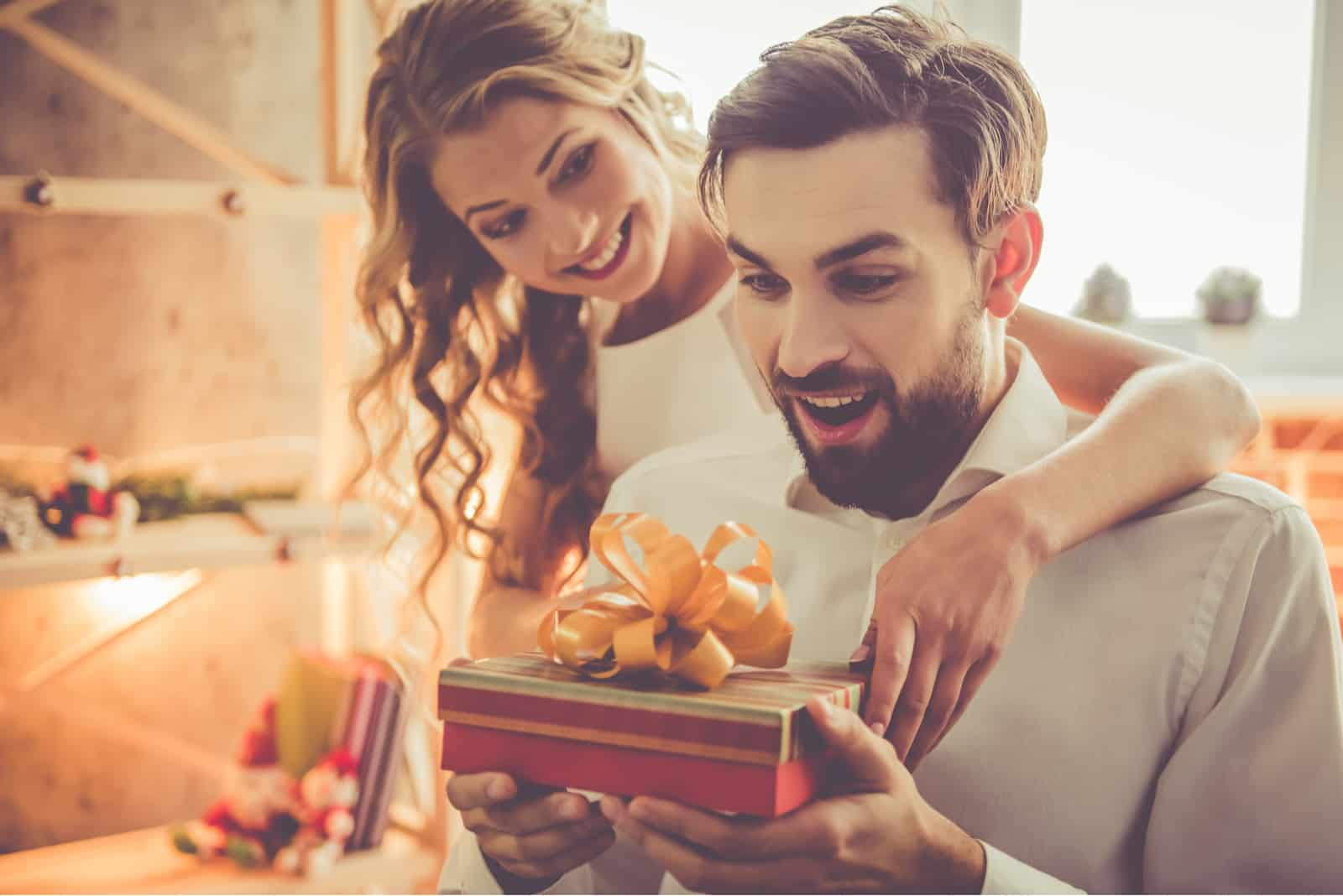 une femme souriante a acheté un cadeau pour un homme