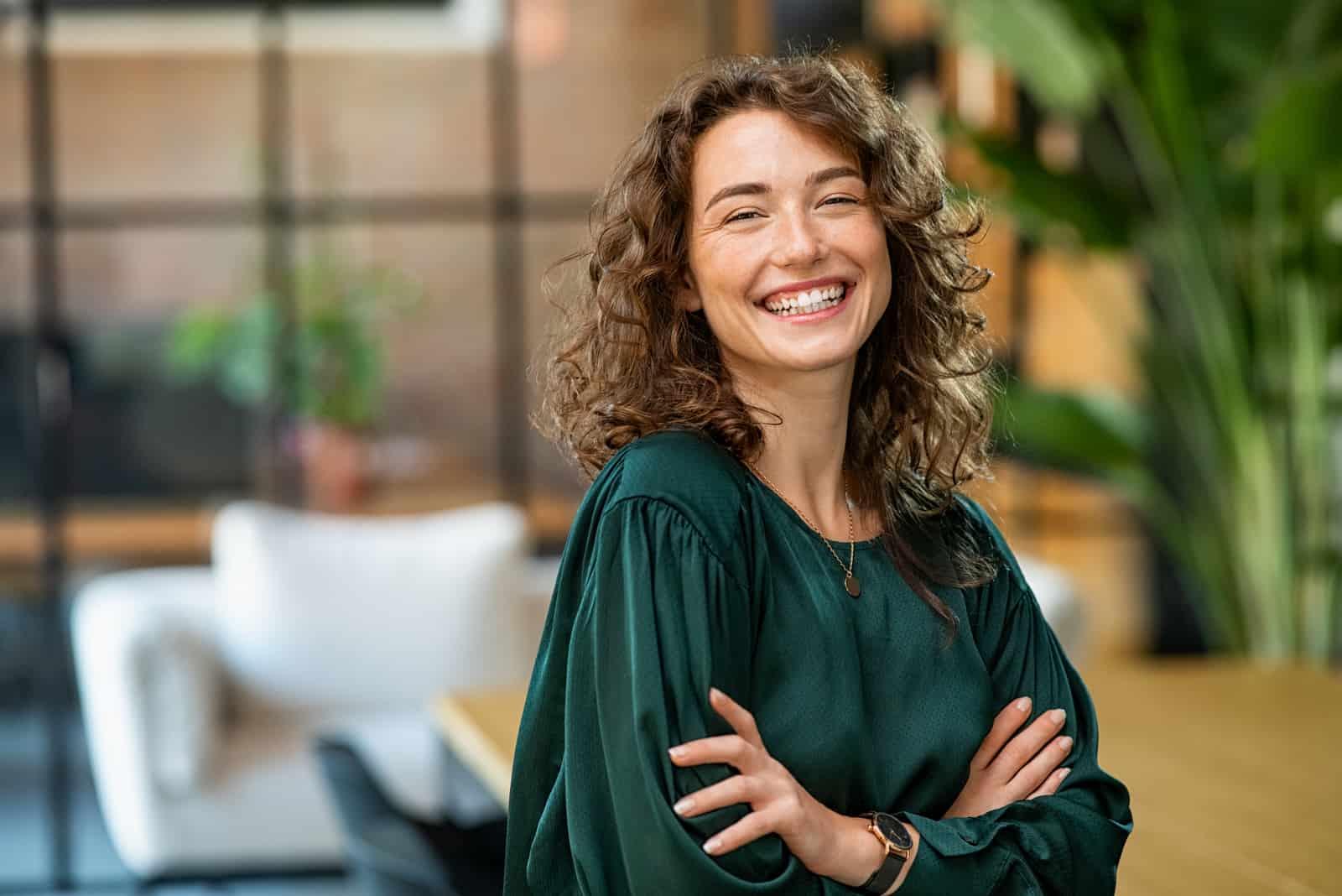 une femme souriante se tient debout