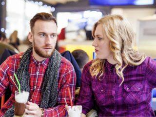 un homme et une femme s'assoient pour parler