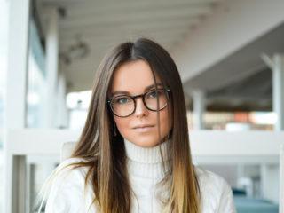 femme avec des lunettes assise en plein air