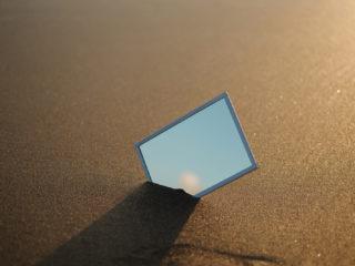 un miroir placé dans le sable de la plage
