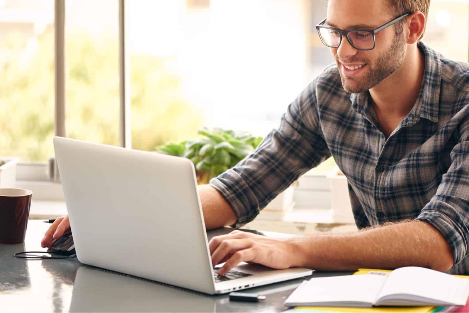 bouton homme sur ordinateur portable