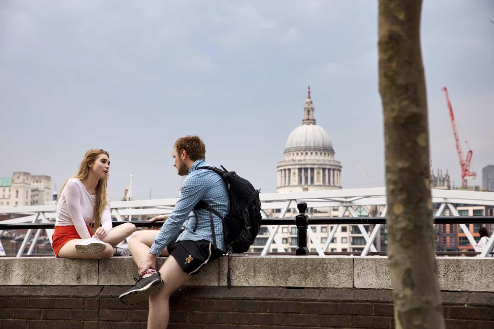 homme et femme parlant assis sur un balcon