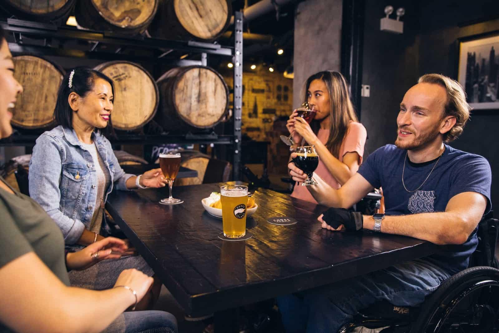 des amis buvant de la bière assis à une table