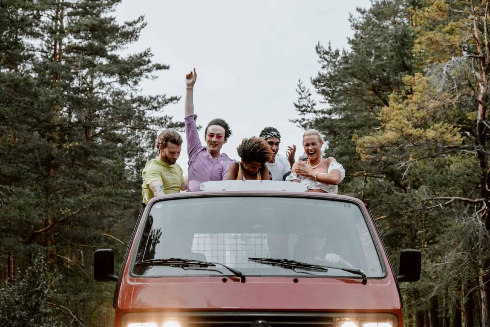Des amis s'amusent à l'arrière d'un pick-up